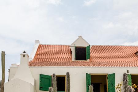 赤瓦の屋根とキュラソーの白漆喰の家 写真素材