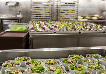 Preparación de ensalada en una cocina industrial Foto de archivo - 50189047