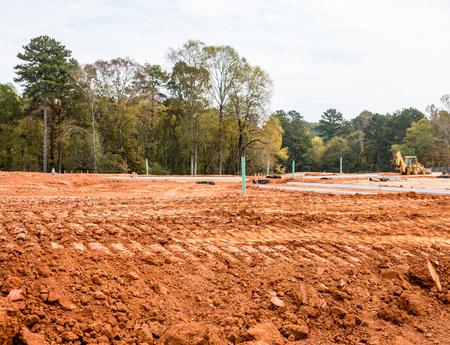 Suciedad clasificado para carreteras en un sitio de construcción de viviendas con nuevos bordillos de hormigón Foto de archivo