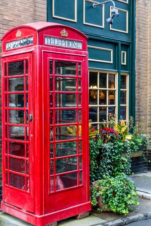 cabina telefonica: Cabina de tel�fono roja por Green Pub en Savannah Foto de archivo