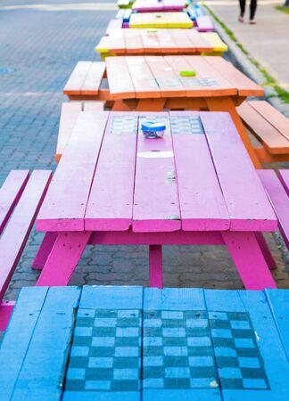 Une ligne de tables de pique-nique en bois coloré dans la rue à Charlottetown, Canada