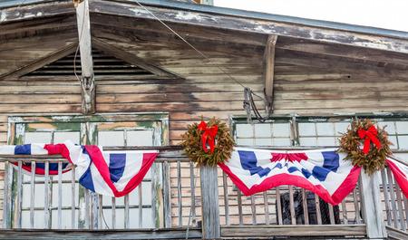 coronas de navidad: Bunting y Navidad Guirnaldas en el viejo edificio de madera en Key West Foto de archivo
