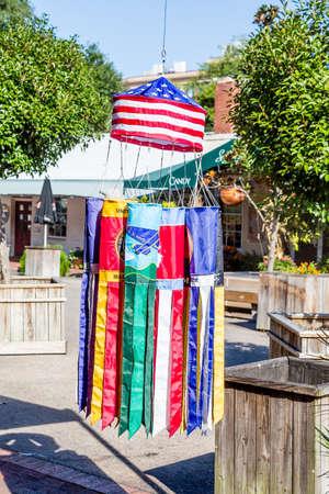 serpentinas: Serpentinas de colores que cuelgan en la Plaza en Savannah