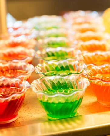 gelatina: Verde rojo y naranja gelatina en vasos de cristal
