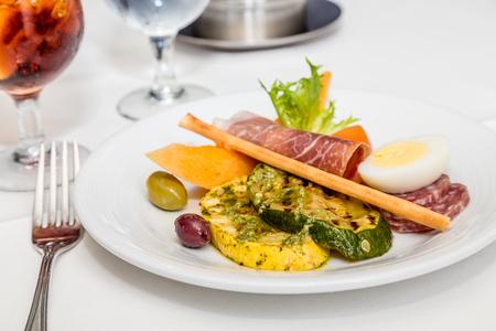 肉と野菜の正式なテーブルの前菜プレート