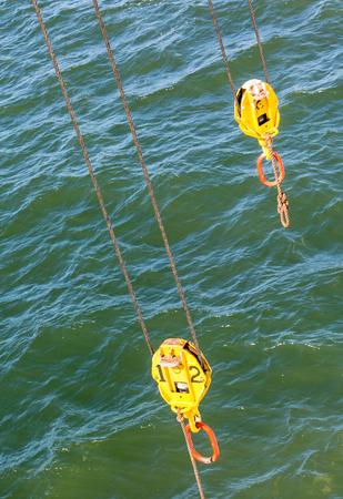 pulleys: Dos poleas amarilla sobre el mar verde Foto de archivo
