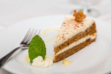 Een plak van verse carrot cake op een bord