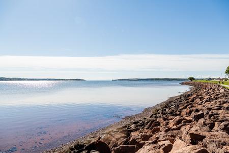 カナダの護岸で穏やかな水