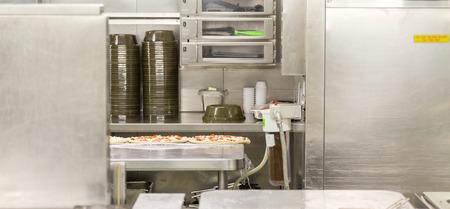 Pizza de la zona de preparación en la cocina comercial en el acero inoxidable Foto de archivo - 68095791