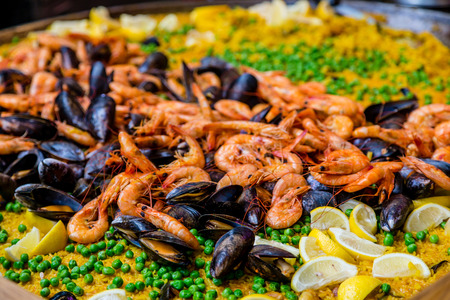 Fresh shrimp and mussels on a traditional paella 免版税图像