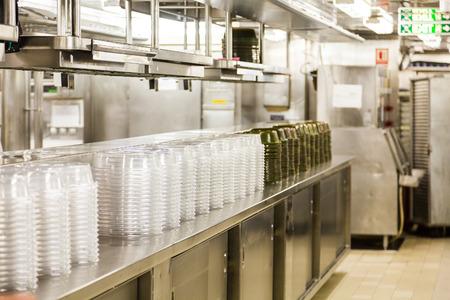 Claros y verdes de plástico Comida para llevar contenedores en un restaurante comercial Foto de archivo - 65634304