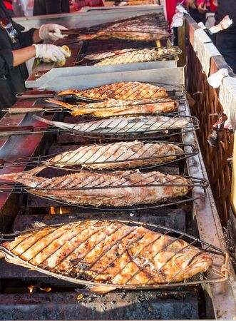 Grillen van vis in Vancouver Night Market