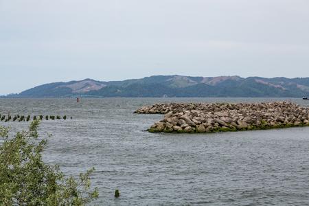 オレゴン州のアストリア港岩護岸