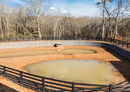 새로운 홈 위치에 보유 연못에있는 Murky 물 스톡 콘텐츠