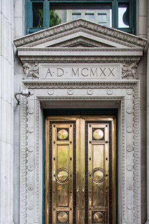 1920 年からの金のドア周りの詳細