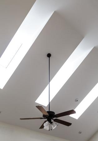 화이트 천장에 천장 선풍기 및 천장 조명