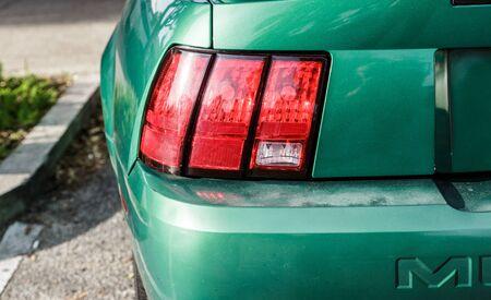 緑のスポーツ車の赤いテールランプ