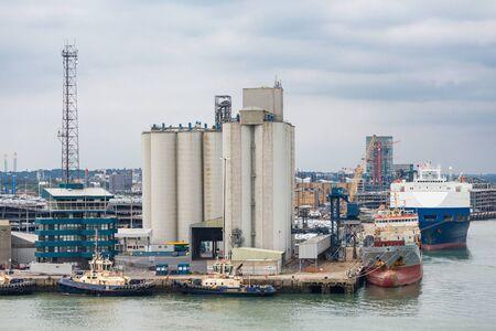 White Concrete Silos in Industrial Port 版權商用圖片