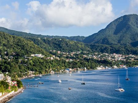 카리브해의 도미니카의 푸른 물과 푸른 언덕 스톡 콘텐츠