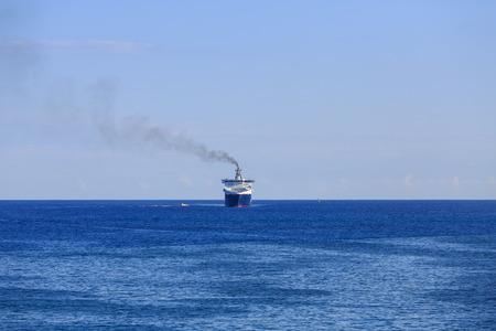 지평선에 곧은 소형 선박