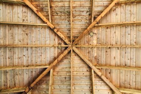 Ruches et trous dans le toit du pavillon Banque d'images - 85266295