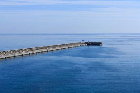 De zeedijk in Malaga, Spanje naar de blauwe zee en lucht