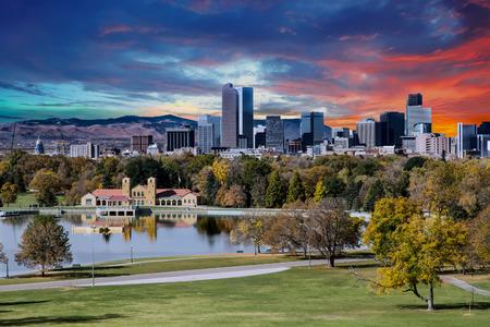 De horizon van Denver over stadspark in de herfst