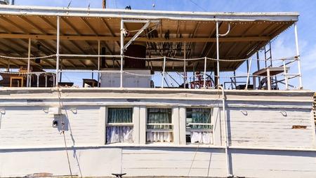 Kanten Gordijnen in Oude Houten Woonboot