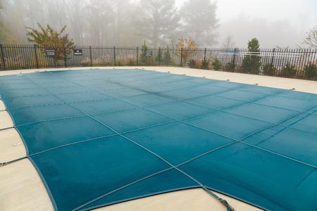 Couverture de piscine dans le brouillard Banque d'images
