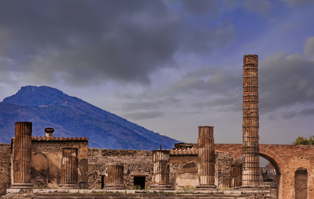 Pompeii and Vesuvius at Dusk 免版税图像