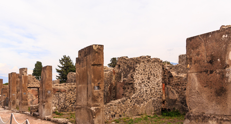 Crumbling Walls in Pompeii Foto de archivo - 100804950
