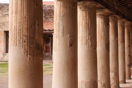 Columns in Pompeii Courtyard Foto de archivo - 101554639