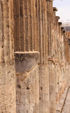 Line of Columns in Pompeii Foto de archivo - 101725426