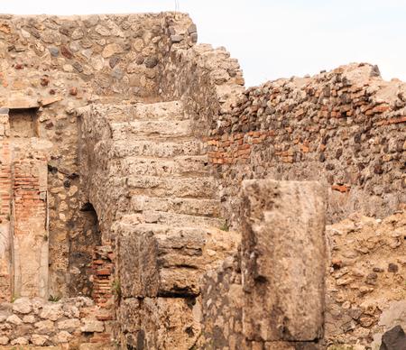 Steps to Upper Floor in Pompeii Home Foto de archivo - 102691157