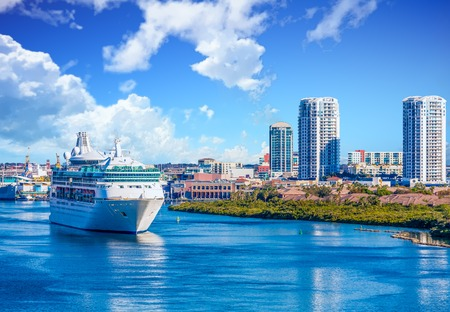 Cruise Ship in Channel Near Tampa Imagens - 102943729
