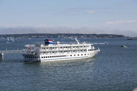 American Cruise Lines Leaving Portland Standard-Bild - 117945503