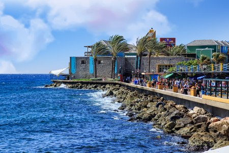 Crowds of Tourists Along Curacao Seawall Éditoriale