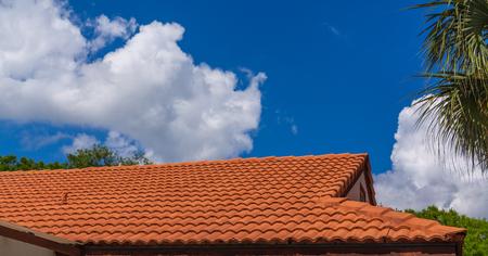 Nouveau toit de tuiles rouges sous un ciel bleu