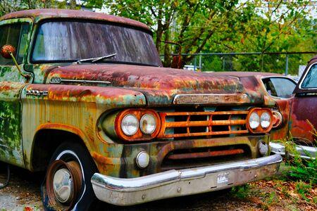 WHITE, GEORGIA - 9 octobre 2019 : Au nord-ouest d'Atlanta, il y a un endroit appelé Old Car City. Des photographes du monde entier viennent sur ce terrain de 34 acres rempli de voitures anciennes, anciennes et accidentées.