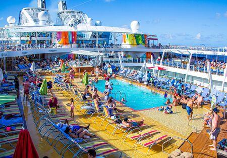 MIAMI, FLORIDA - 10 dicembre 2018: Giochi in piscina a led di gruppo, bar, divertimento all'aperto, intrattenimento e attività innovative attirano nuovi incrociatori ogni anno. Editoriali