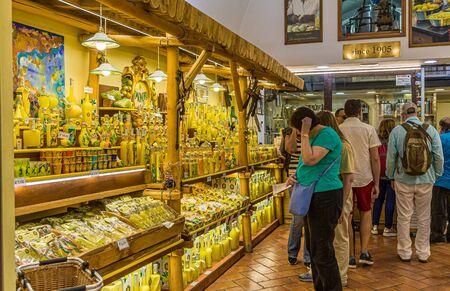 Shoppers in Lemon Shop in Sorrento Publikacyjne