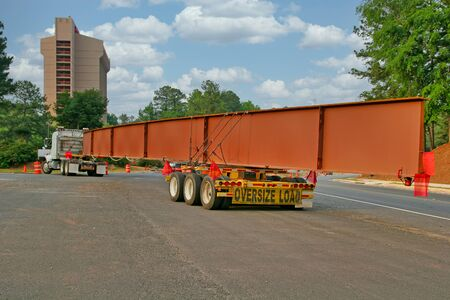 Bridge Girder on Truck Banque d'images - 137891763
