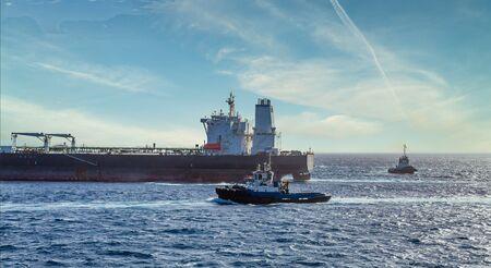 Tugboats by Tanker Zdjęcie Seryjne