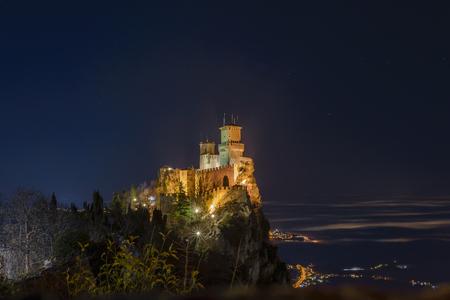 tourismus: a night view of san marino castle