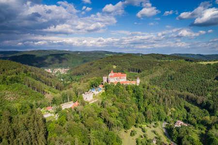 El castillo de Pernstejn es un castillo sobre una roca sobre el pueblo de Nedvedice y los ríos Svratka y Nedvedicka, a unos 40 kilómetros (25 millas) al noroeste de Brno, en la región de Moravia del Sur, República Checa.