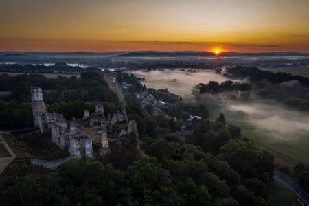 Zviretice ist eine Ruine des Renaissanceschlosses, das aus der ursprünglichen gotischen Burg über dem Dorf Podhradi, etwa zwei Kilometer südwestlich der Stadt Bakov nad Jizerou, auf einer Höhe von 250 m umgebaut wurde.