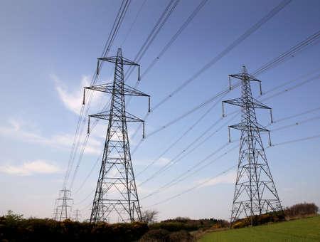 torres el�ctricas: Pilones Foto de archivo