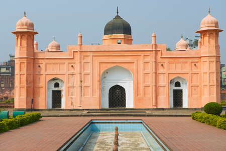 mausoleum: Mausoleum of Bibipari in Lalbagh fort, Dhaka, Bangladesh.