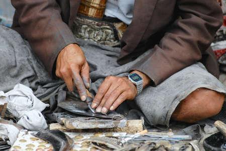 schwertscheide: Sanaa, Jemen, 18. September 2006 - Man sch�rft Jambia in Sana