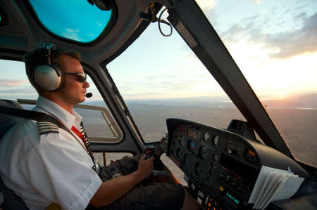 경 라스 베이거스, 미국, 2010 년 7 월 27 일 - 라스베가스, 미국 년경 일몰 그랜드 캐년 남자 조종사 헬기. 에디토리얼